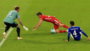 Kabak foulte Bayern-Star Lewandowski, der sich dabei eine leichte Verletzung zuzog