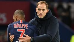 Mbappé (l.) bedankt sich zum Abschied bei Tuchel