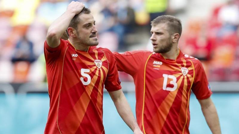 Arijan Ademi (l.) und Stefan Ristovski ärgern sich über das EM-Aus von Nordmazedonien