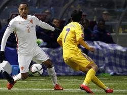 Kenny Tete (l.) mag debuteren in het shirt van Oranje. De Ajacied is niet onder de indruk van Ulan Konysbaev, die druk probeert te zetten. (10-10-2015)