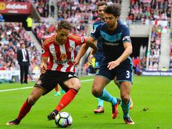 Adnan Januzaj (l.) vecht een duel uit in de wedstrijd tussen Sunderland en Middlesbrough. (21-08-2016)