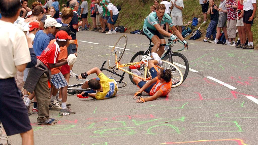 Unvergessen: Lance Armstrong stürzt 2003, nachdem er sich in einer Tasche eines Fans verhakt hatte