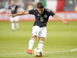 Jonathan dos Santos en un partido con México.