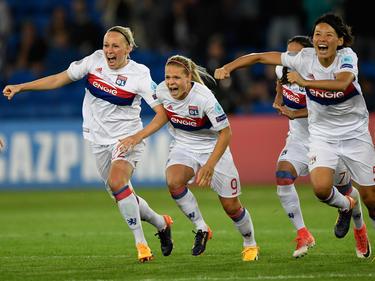 Las jugadoras del Lyon celebran el triunfo sobre la hierba. (Foto: Getty)