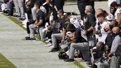 Die Baltimore Ravens knien während der Nationalhymne