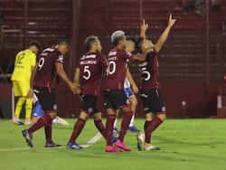 Lanús celebra uno de los goles.