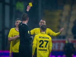 Mogelijk het meest bizarre moment in het huidige voetbalseizoen. Scheidsrechter Steven van der Vrande geeft Johnathan Opoku zijn tweede gele kaart tijdens VVV-Venlo - Jong PSV, maar de arbiter vergeet de speler van de thuisclub rood te geven. (22-01-2016)