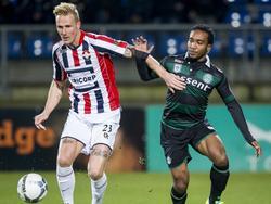 Nick van der Velden (l.) gebruikt zijn arm om Lorenzo Burnet van de bal te houden. (26-01-2016)