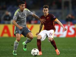 James Rodríguez (l.) houdt Stephan El Shaarawy (r.) van zich af tijdens het Champions League-duel tussen AS Roma en Real Madrid. (17-02-2016)