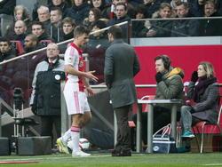 Ajax hoopte Joël Veltman weer volledig te kunnen gebruiken in de wedstrijd tegen FC Twente, maar de verdediger moet in de eerste helft al naar de kant. Hij vertelt trainer Frank de Boer wat er scheelt. (15-02-2015)