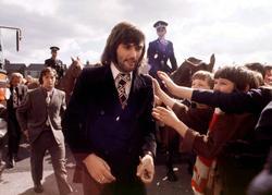 George Best im September 1971, von Fans umringt