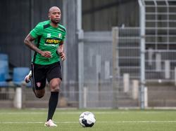 Alvin Daniels meldt zich op de eerste training van FC Dordrecht. Hier is de buitenspeler bezig met zijn warming-up. (27-06-2016)