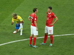 Fabian Schär (r.) bespricht sich mit Stephan Lichtsteiner im Spiel gegen Brasilien