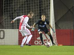 Vaclav Černý (l.) moet van onder zijn lichaam schieten om Filip Bednarek (r.) te kunnen passeren tijdens Jong Ajax - De Graafschap. (17-10-2016)