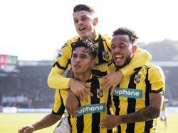 Uitgerekend oud-NEC-middenvelder Navarone Foor (m.) zet Vitesse op voorsprong in de Gelderse Derby. Hij viert het feest met Milor Rashica (l.) en Lewis Baker (r.). (23-10-2016)