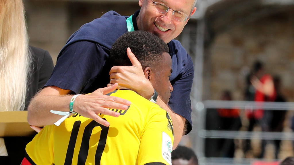 Youssoufa Moukoko erhielt ein Trikot von Lionel Messi