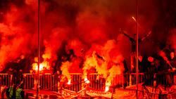Fans brennen beim Hamburg-Derby zwischen dem FC St. Pauli und dem HSV Pyrotechnik ab