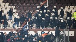 Polizeikräfte drängen randalierende Dresden-Fans zurück in den Gästeblock