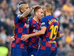 Vidal, Arthur y Braithwaite celebran un tanto.