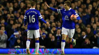 Nikica Jelavić viert zijn doelpunt tegen QPR met James McCarthy. (04-01-2014)
