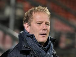 Jan de Jonge is aandachtig toeschouwer bij Jong Heracles Almelo - Jong Vitesse. (20-01-2014)