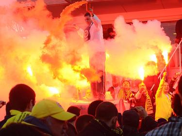 Seguidores del Fenerbahçe animando a su equipo en su estadio. (Foto: Getty)
