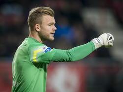 Doelman Nick Marsman van FC Twente geeft zijn defensie aanwijzingen in het duel met FC Groningen. (30-11-2014)