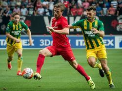 Eduard Duplan (r.) in de achtervolging op Jelle van der Heyden (l.) tijdens het duel tussen FC Twente en ADO Den Haag. (15-08-2015)