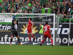 Lössl (l.) zeigte gegen Wolfsburg starke Reflexe