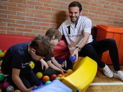 Mata juega con unos niños en una imagen de archivo. (Foto: Getty)