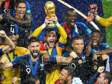 Lloris levanta el trofeo de campeón bajo la lluvia. (Foto: Getty)
