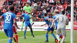 Union-Keeper Rafal Gikiewicz steigt zum Kopfball hoch und trifft in der Nachspielzeit zum Ausgleich