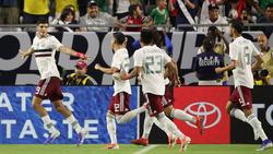 Raúl Jiménez celebra tras marcar de penalti.