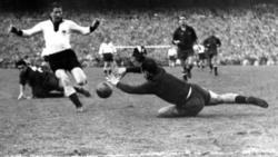 Helmut Rahn (l.)  scheitert am Keeper Inaki Eizaguirre (r.) (28.12.1952)