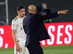 Zidane le da indicaciones a Fede Valverde.