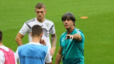 Toni Kroos und Jogi Löw sind langjährige Weggefährten in der Nationalmannschaft