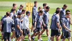 Bundestrainer Joachim Löw (M.) ändert den Ablauf vor dem Portugal-Spiel