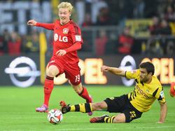 Borussia Dortmunds Sokratis versucht, Bayer Leverkusens Julian Brandt (r.) vom Ball zu trennen