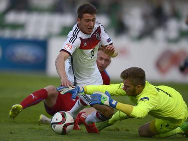 Tschechiens Keeper Truksa ist vor Salih Özcan am Ball