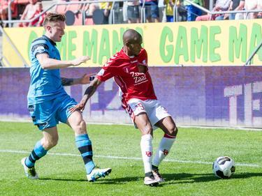 Ruben Ligeon (r.) krijgt tijdens FC Utrecht - AZ, die in de laatste speelronde van de Eredivisie tegen elkaar spelen, te maken met Mattias Johansson (l.). (08-05-2016)