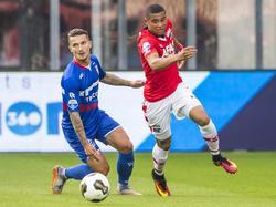 Dabney dos Santos (r.) snelt langs debutant Jordy Croux (l.) tijdens het competitieduel AZ Alkmaar - Willem II (10-09-2016).