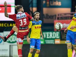 Lars Veldwijk (l.) debuteert namens KV Kortrijk tijdens het duel in de Croky Cup met Sprimont Comblain (21-09-2016).