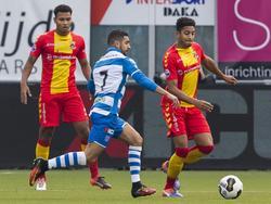 Norichio Nieveld (r.) voorkomt tijdens de IJsselderby tussen PEC Zwolle en Go Ahead Eagles dat Youness Mokhtar (m.) zijn dribbel voortzet. (30-10-2016)