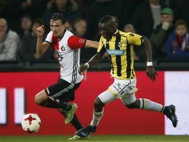 Marvelous Nakamba (r.) moet in de achtervolging bij Steven Berghuis (l.) tijdens het competitieduel Feyenoord - Vitesse (17-12-2016).