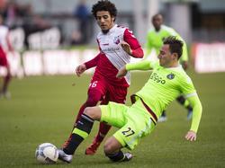 Een onderonsje op het middenveld waar Nemanja Gudelj (r.) het duel wint van Yassin Ayoub (l.) van FC Utrecht. (12-12-2015)