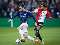 Een duel op het middenveld. PSV-er Davy Pröpper (l.) draait weg van Feyenoorder Tonny Vilhena (r.). (17-01-2016)