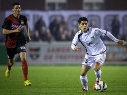 Santiago Palacios (l.) moest alles op alles zetten om Navarone Foor bij te houden in het bekerduel De Treffers - NEC. (30-10-2014)