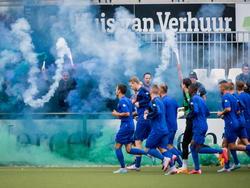 De spelers van PEC Zwolle worden tijdens de eerste training van de groep ontvangen met een schitterende sfeeractie van de supporters. (26-06-2015)