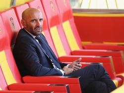 Monchi sentado en el banquillo del estadio del  Benevento. (Foto: Getty)