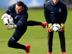 HSV-Keeper Tom Mickel stand während des Trainings im Mittelpunkt